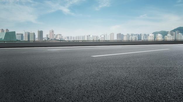 都市の道路の地面と近代建築の風景