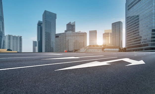 Городские дороги и современные здания в финансовом районе луцзяцзуй, шанхай