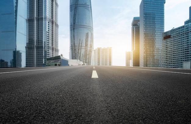 都市の道路と都市の近代的な建物