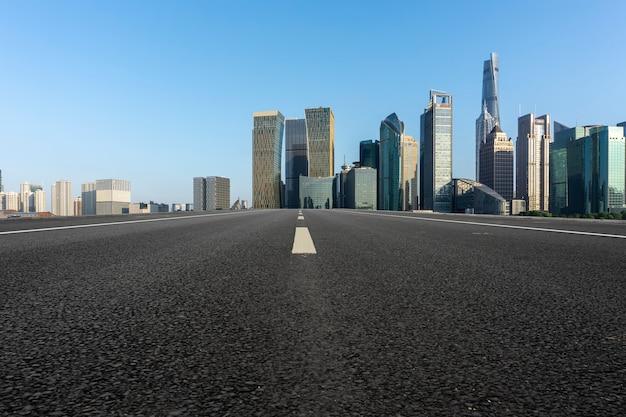 도시 도로와 도시의 현대적인 건물