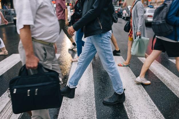 Городской пик толпы пешеходного перехода концепция образа жизни города