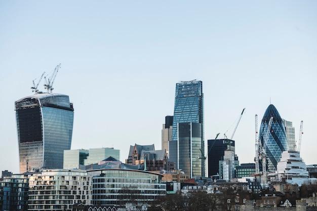 ガラス窓の高層ビルが立ち並ぶ地区の都会の風景