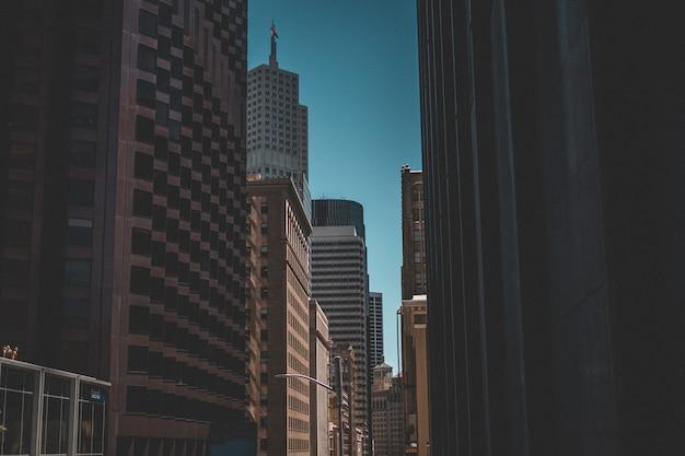 고층 빌딩의 도시 샷과 백그라운드에서 푸른 하늘