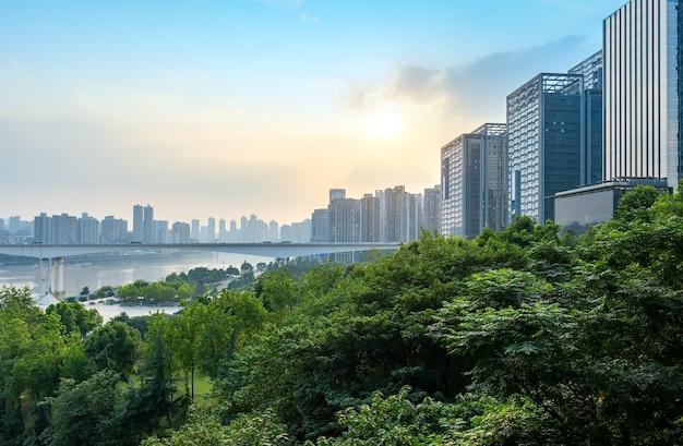 中国の重慶の都市のスカイラインと橋