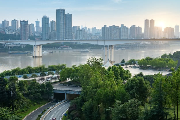 Городской горизонт и мост в чунцине, китай
