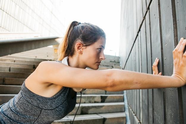 젊은 여자와 도시 스포츠 개념