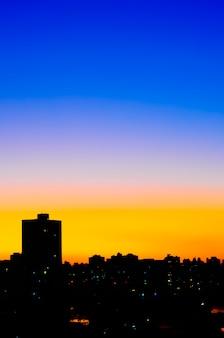 都市の都市の日没は都市で低下する