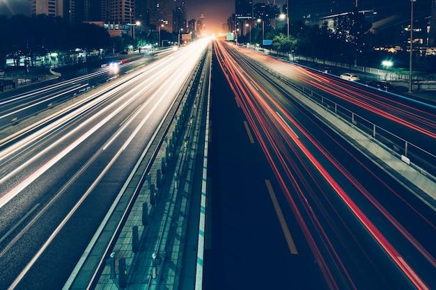 Traffico urbano con il paesaggio urbano Foto Gratuite