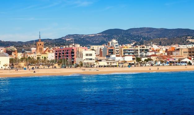 Городской вид из средиземного моря в бадалоне