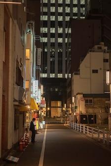 Vista urbana con l'uomo sulla strada Foto Gratuite