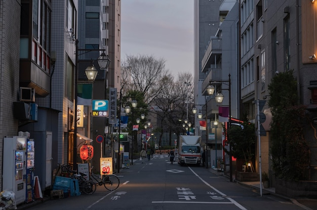 Vista urbana con persone che camminano sulla strada