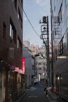 Vista urbana con la donna sulla strada