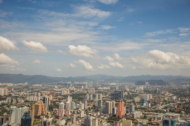 Городские виды куала-лумпура с высокими небоскребами, утопающие в зелени парков, малайзия.