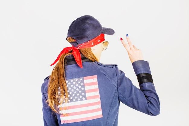 Городская женщина с американским флагом на куртке