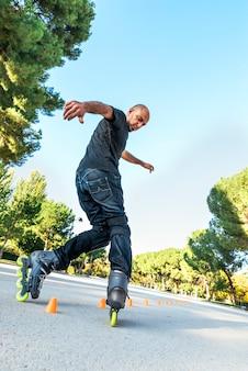 夏の道路でローラースケートをしている都会の若者。ローラーコンセプト