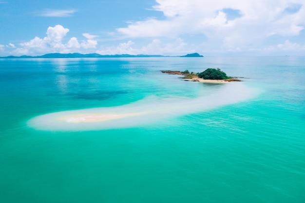 リラックスするのに最適な場所。暖かい紺ureの海にある神秘的な島。リラックスする場所。暖かい海を楽しんでください。心の平和。観光。旅行。海のパノラマ。