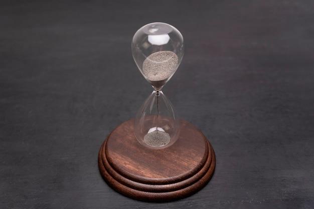 Актуальность и исход времени. песочные часы на подставке. концепция управления временем.