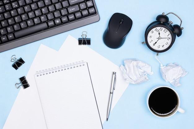 Срочная работа крайний срок концепция переутомления офисный стол вид сверху