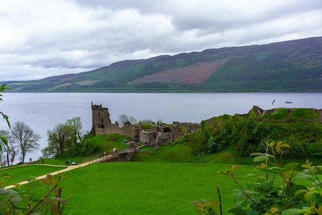 スコットランドのハイランドにあるネス湖のそばにあるアーカート城