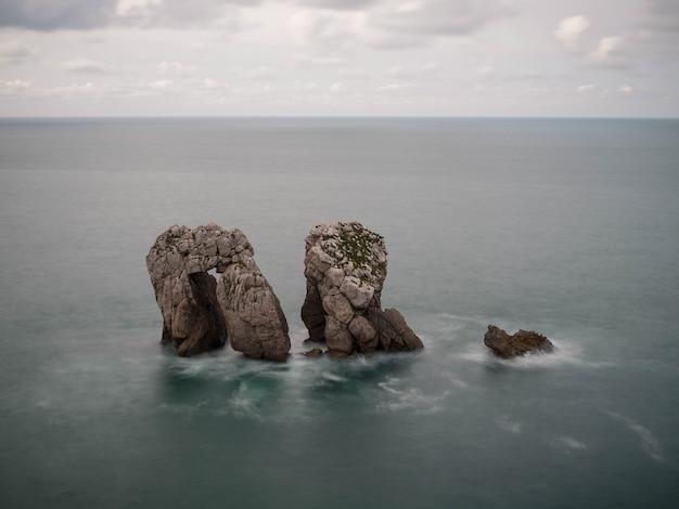 ウロデルマンツァーノ、スペイン、カンタブリアのリエンクレス村近くのアルニア海岸のロスウロス