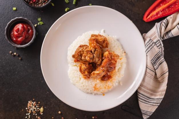 テーブルの上のurry米肉チキンスパイストマトソース食事スナックコピースペース食品背景