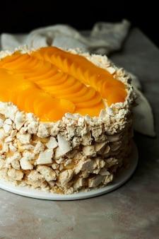 ウルグアイケーキチャジャ:ウルグアイの有名なスポンジケーキ、シロップを詰めたスポンジケーキ、ダルシュドレーシュ、ホイップクリーム、桃。
