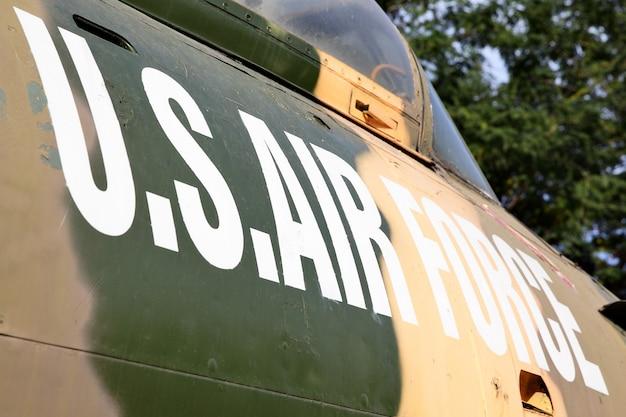 航空機の側面にある米空軍のマーキング