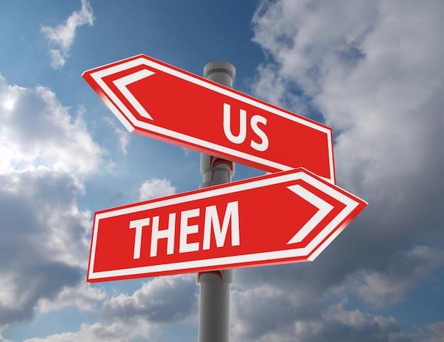 우리와 그들과 다른 방향을 가리키는 도로 표지판