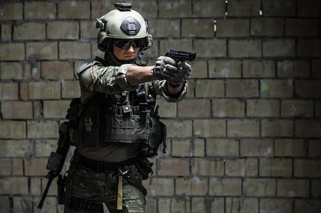 권총을 목표로 미 육군 레인저