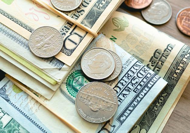 Банкноты и монеты доллара сша в фотографии крупным планом