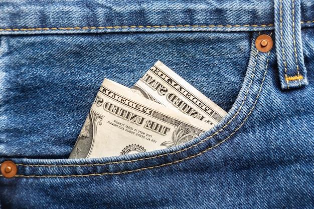 ブルージーンズの右前ポケットにある米ドル紙幣