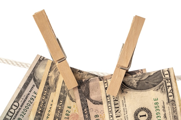 Банкноты доллара сша подвешены на веревке с прищепками. понятие об отмывании денег.