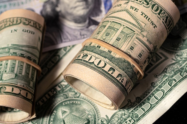 어두운 환경에서 근접 촬영에 미국 달러 지폐