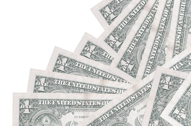 Купюры долларов сша лежат в другом порядке, изолированные на белом фоне