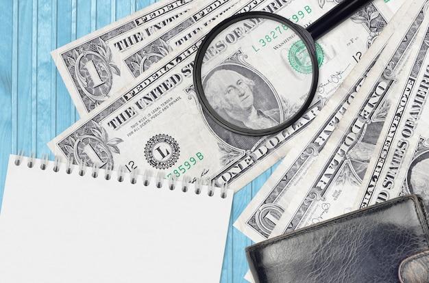 青いテーブルの米ドル紙幣