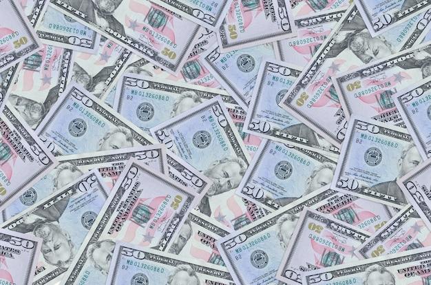 白い背景の上の米ドル紙幣