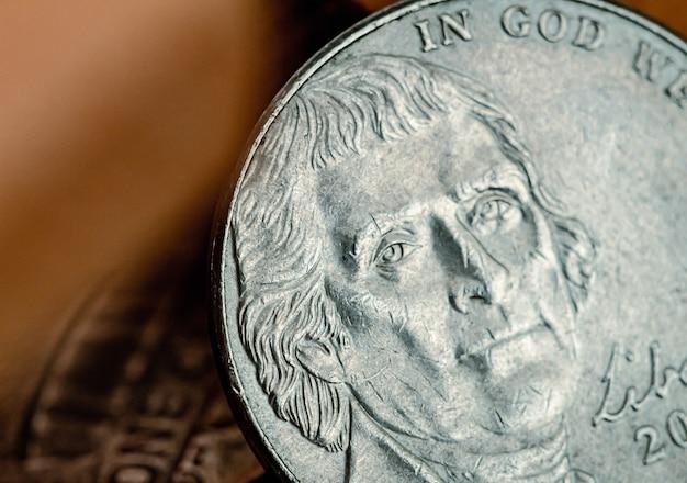 동전 뒷면을 보여주는 매크로 사진의 미국 달러 5센트 동전