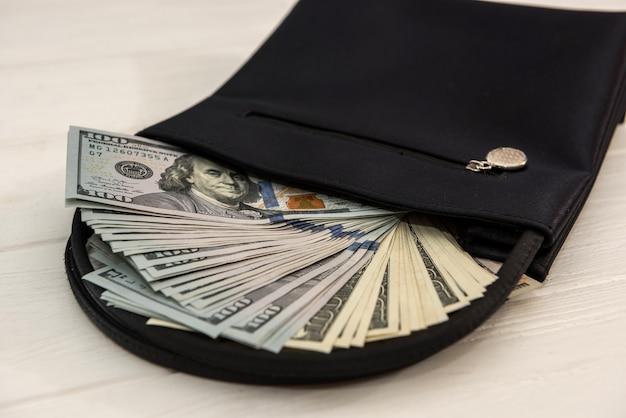 어두운 가죽 지갑, 금융 개념에 미국 달러