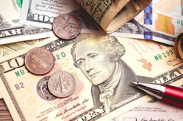 미국 달러 지폐와 동전을 닫는 상위 뷰 사진