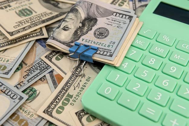 미국 달러 지폐 및 계산기, 투자 또는 절약 개념