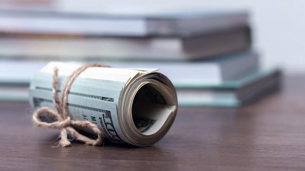 本の背景に米ドル、授業料_