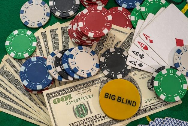 미국 달러는 게임 테이블에 카드와 포커 칩을 재생합니다.