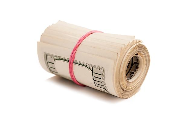 Доллары сша свернуты и затянуты лентой, изолированной на белом