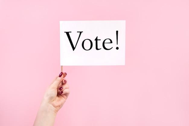 미국 선거, 투표 개념. 핑크에 깃발을 들고 여자
