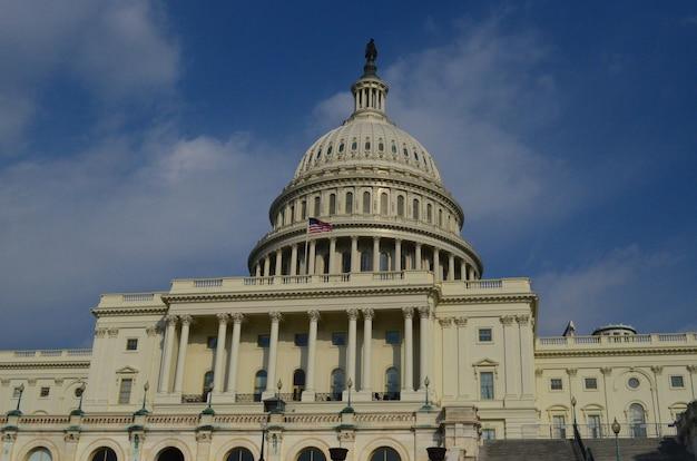 ワシントンdcの議会議事堂を飛んでいる米国旗。