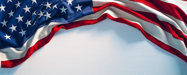 흰색 페인트 질감에 미국 국기입니다. 7월 4일 미국 독립 기념일 배너 복사 공간.