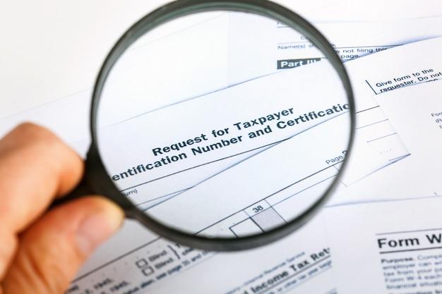 미국 개인 세금 보고서 양식 1040은 돋보기로 닫습니다.