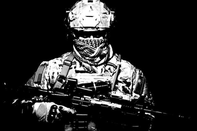 미 해병대 병사, 육군 특수부대 전투기, 위장복을 입은 현대 전투원, 전투 헬멧, 전술 무선 헤드셋, 셰마그 뒤에 숨겨진 얼굴, 카메라를 보고 있는 초상화, 검은색 초상화
