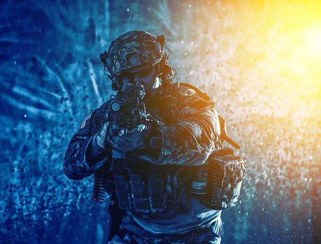 탄약을 장전한 미국 해병대 기관총 사수, 전투복과 헬멧, 무장한 경기관총, 권총, 수류탄, 해안에 착륙, 모래, 물이 튀는 배경에 서 있다