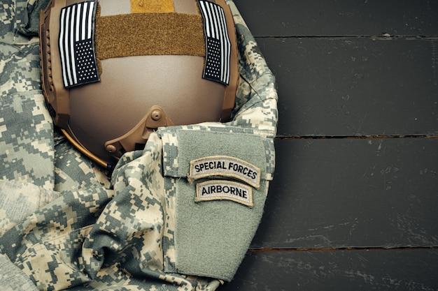 木製のクローズアップ米軍の鎧のヘルメット